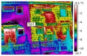 Doppelhaushälfte Baujahr 1972. Linke Hälfte: Vollsanierung - Rechte Hälfte: unsanierter Gebäudebestand; Sichtbare Wärmeverluste über die Außenwand und Heizkörpernische