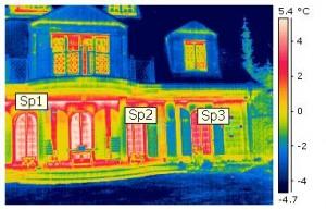 """Ein """"Hotspot"""" bei der Gebäudethermografie entspricht den am auffälligsten heißen Stellen bezüglich der Wärmeverluste am Gebäude. Die """"Hotspots"""" sind durch die Bezeichnungen """"Sp1"""", """"Sp2"""" und """"Sp3"""" gekennzeichnet."""