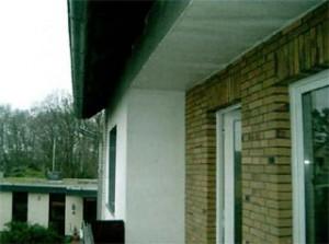 Außenansicht im Bereich des Balkons mit der im Balkonbereich durchlaufenden Betondecke